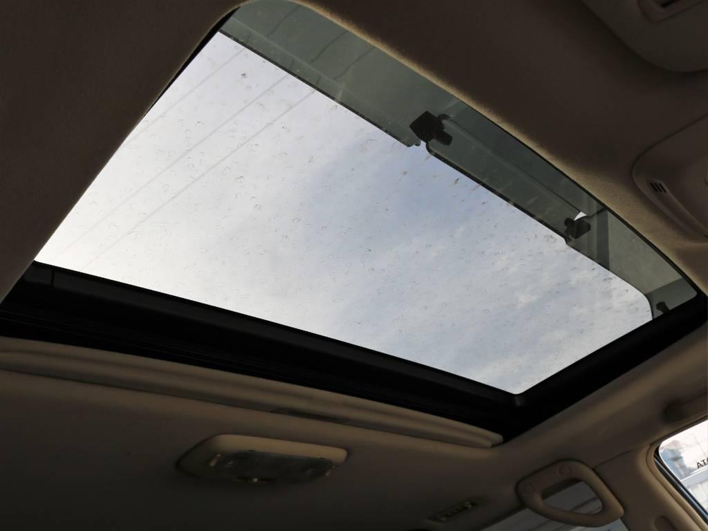 当然、サンルーフも装備です。これからの季節、冷たい風に当たらず車内の換気ができて重宝しますよ!   トヨタ ランドクルーザー100 4.7 VXリミテッド Gセレクション 4WD