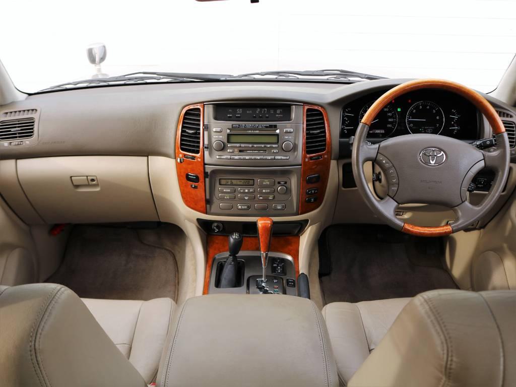 最上級グレードのGセレクションならでは、本革×木目内装が美しいです◎シンプルな高級感は古さを感じさせませんね。マルチビジョンではありませんので、最新の社外カーナビやバックカメラも装着可能です! | トヨタ ランドクルーザー100 4.7 VXリミテッド Gセレクション 4WD 走行39千km RENOCA106