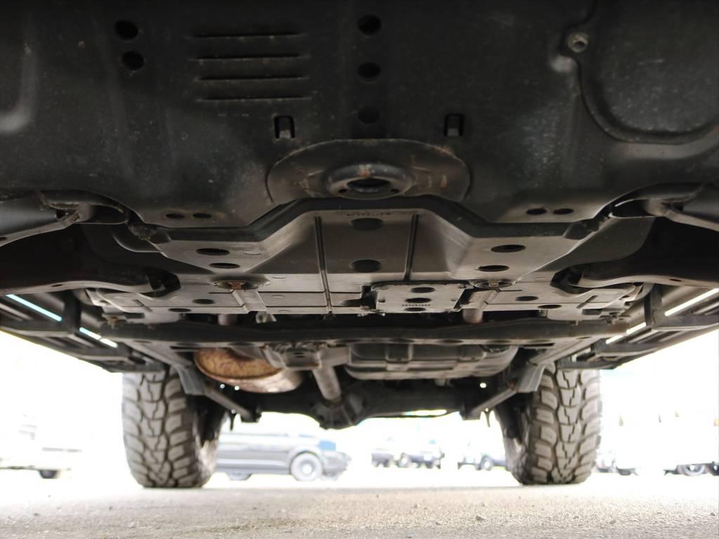 下回りは、年式相応の細かい錆はさすがに見受けられますが、不相応な錆つきや腐食はございませんので安心してお乗り頂けます。降雪地帯や海沿いなど塩害が気になる場合は、防錆塗装もお気軽にご用命ください。 | トヨタ ランドクルーザー100 4.7 VXリミテッド Gセレクション 4WD 走行39千km RENOCA106