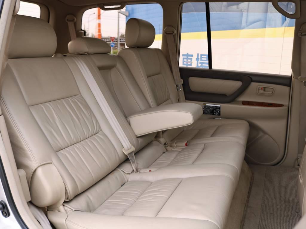 前オーナー様は家族でご使用でしたが、お子様がお掛けになっていたであろう後席も、大変気を遣って綺麗な状態を保って頂けたことが良くわかります。これでご満足頂けなければ、ご紹介できる車両はありません。。 | トヨタ ランドクルーザー100 4.7 VXリミテッド Gセレクション 4WD 走行39千km RENOCA106