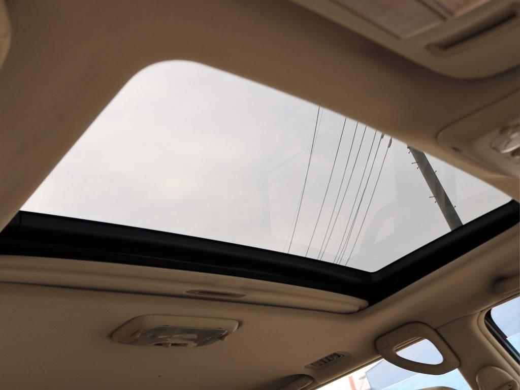 当然、サンルーフも装備です!これからの季節、全開にして夏の空気をガンガン感じましょう♪ | トヨタ ランドクルーザー100 4.7 VXリミテッド Gセレクション 4WD 走行39千km RENOCA106
