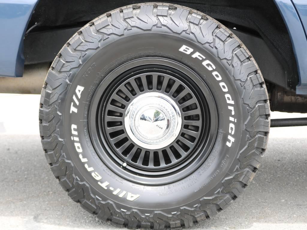 新品のホイールに同じく新品のBF Goodrichのオールテレーンタイヤを装着済み♪車の雰囲気にあった組み合わせになっております。 | トヨタ ランドクルーザー100 4.7 VXリミテッド Gセレクション 4WD 走行39千km RENOCA106