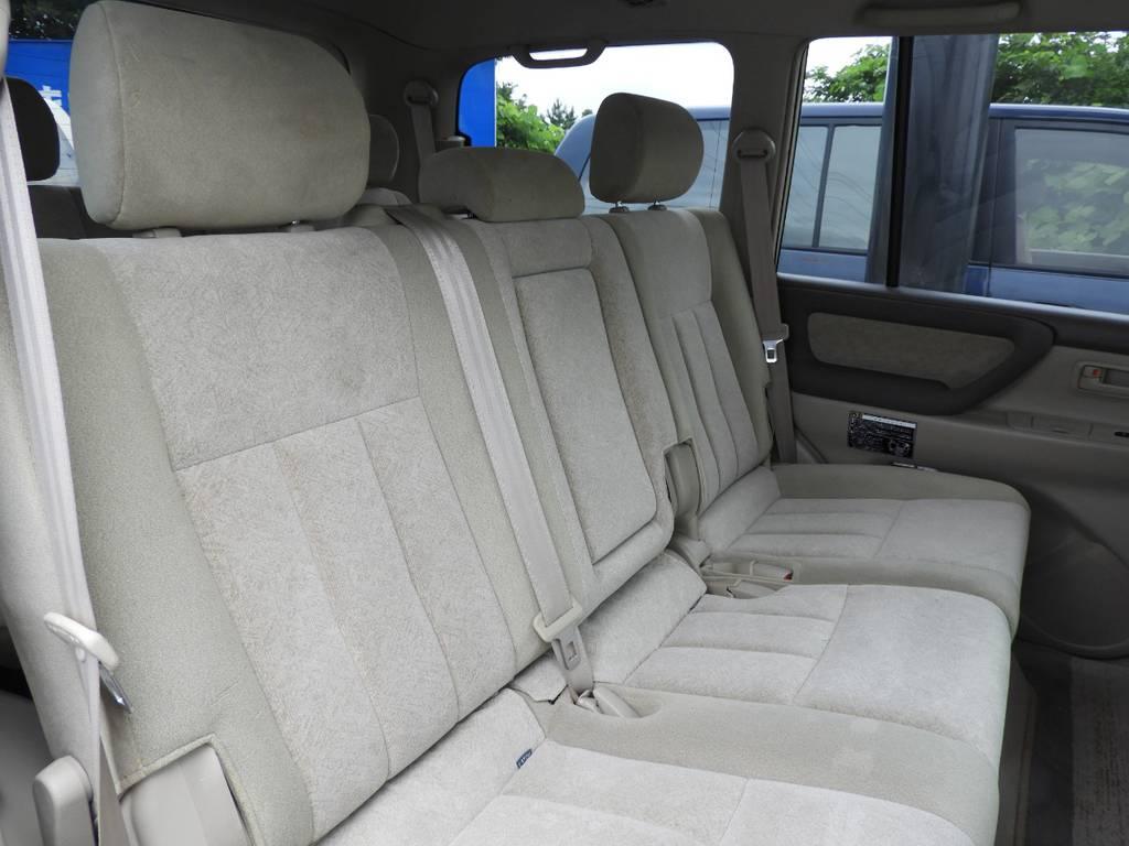 左右、分割可能!!座席中央にアームレスト完備! | トヨタ ランドクルーザー100 4.7 VXリミテッド 4WD Renoca【106】丸目換装