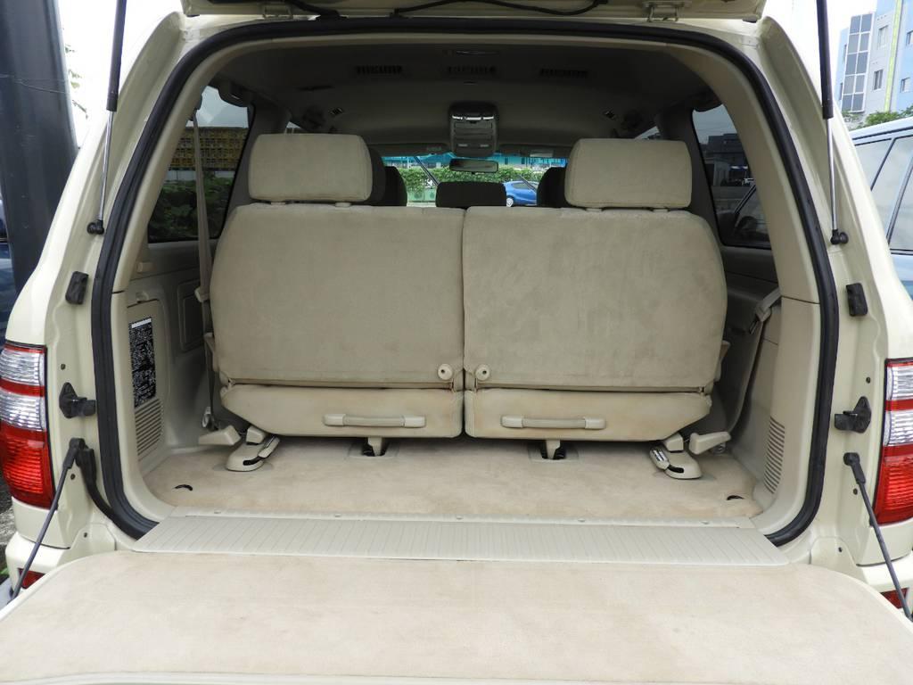 三列目がたためるので、大きい荷物も心置きなく置けます! | トヨタ ランドクルーザー100 4.7 VXリミテッド 4WD Renoca【106】丸目換装