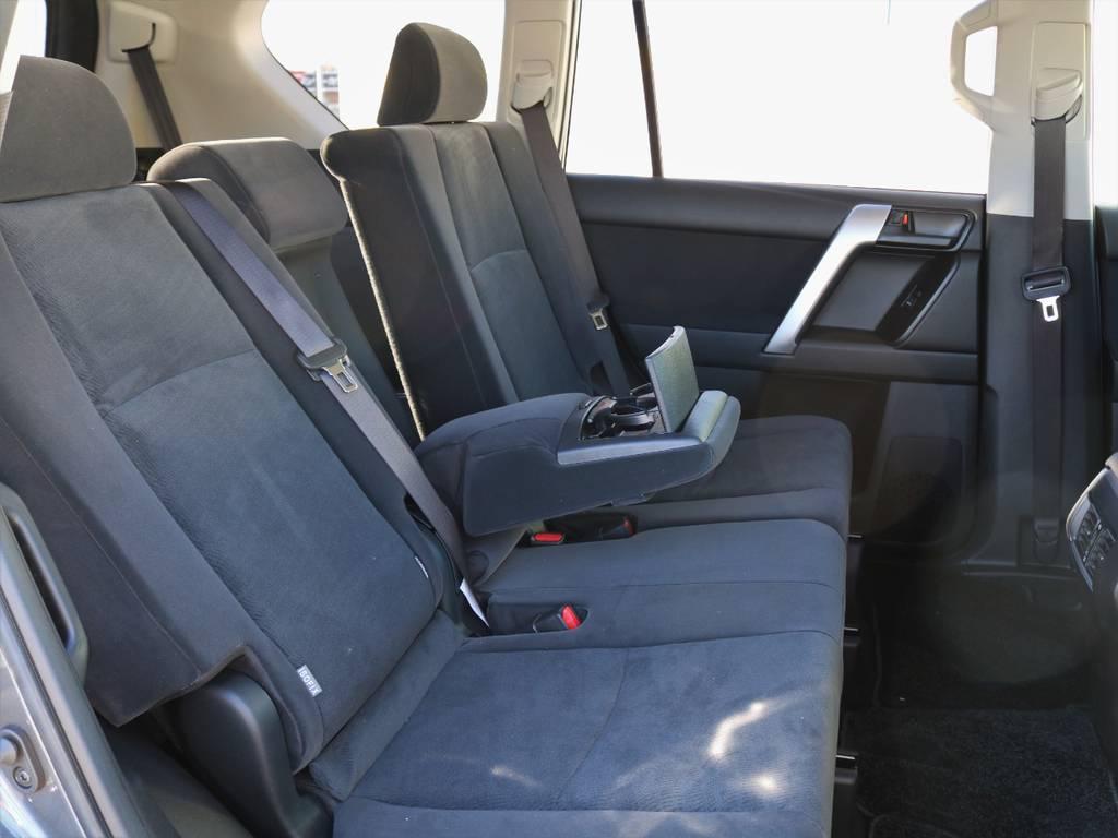 後席は左右分割してリクライニングが可能で、座席中央にはアームレストも備わります。SUVで後席リクライニング機構を備える車両は意外と少ないですよ! | トヨタ ランドクルーザープラド 2.8 TX ディーゼルターボ 4WD 7人