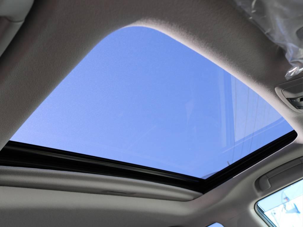 メーカーオプションのサンルーフ付きです。夏場は換気に、冬場は日光を取り込み暖かく・・・通年で重宝します! | トヨタ ランドクルーザープラド 2.8 TX ディーゼルターボ 4WD 7人