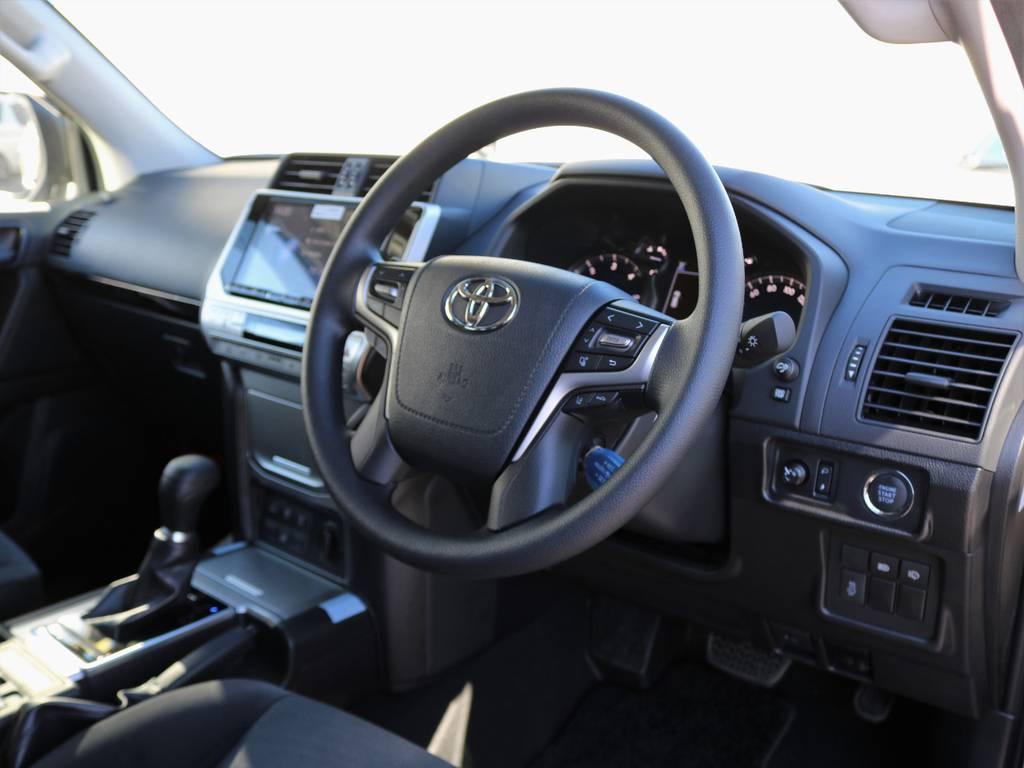 質感の高さとシンプルな機能性がうまく合わさっているインテリア。パワーのあるエンジン、見晴らしの良さ、アダプティブクルコンなどでストレスフリーな運転が可能です! | トヨタ ランドクルーザープラド 2.8 TX ディーゼルターボ 4WD 7人