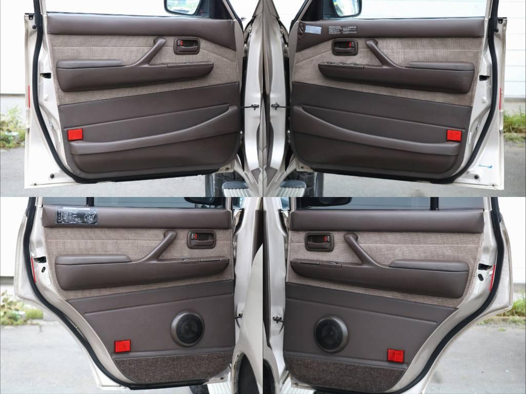 気を付けていても乗り降りの際につい爪先を当ててしまいがちな、各ドアの内張りもご覧の状態です◎   トヨタ ランドクルーザー80 4.5 GX 4WD 買取直販 観音リアドア