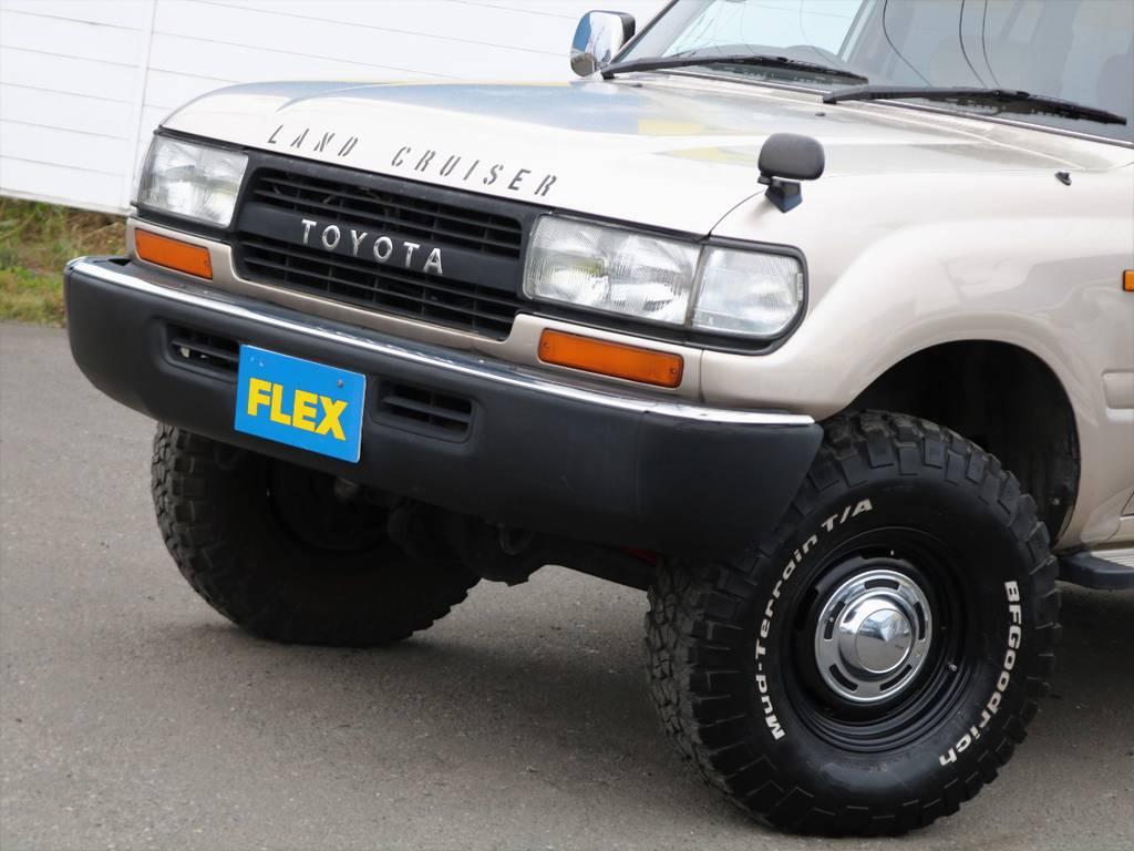 ボンネットとバンパーには色褪せ、グリルとヘッドライトベゼルは自家塗装の跡がございます。旧い車だから・・・と割り切って頂ければよいのですが、純正色で再塗装もご相談ください。   トヨタ ランドクルーザー80 4.5 GX 4WD 買取直販 観音リアドア