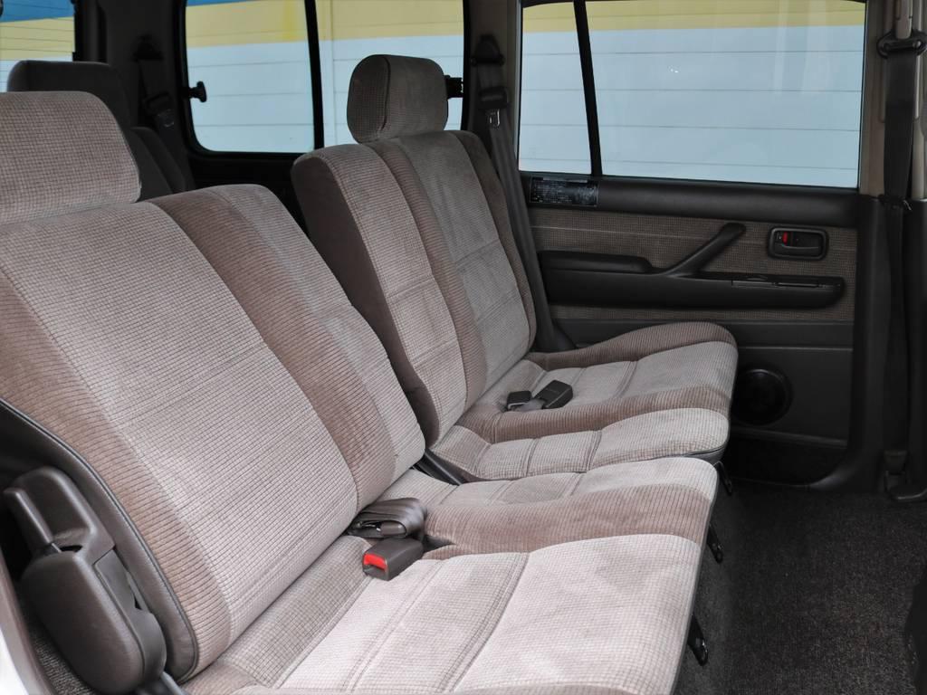 GXグレードでも後席は左右分割リクライニングが可能です♪ | トヨタ ランドクルーザー80 4.5 GX 4WD 観音リアドア