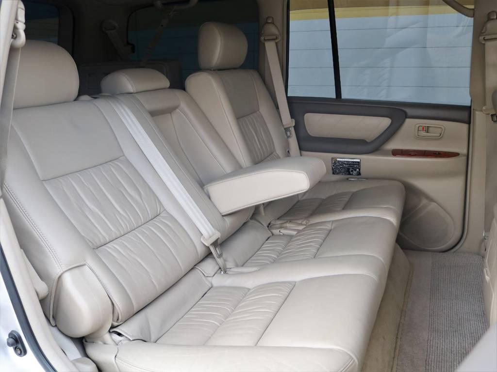 後席には使用感すら感じません!SUV車で後席がリクライニングできる車種は限られますが、ランクルは6:4の分割リクライニングでゆったりと掛けられるのがうれしいですね♪ | トヨタ ランドクルーザー100 4.7 VXリミテッド Gセレクション 4WD 買取直販 低走行 地デジBカメ