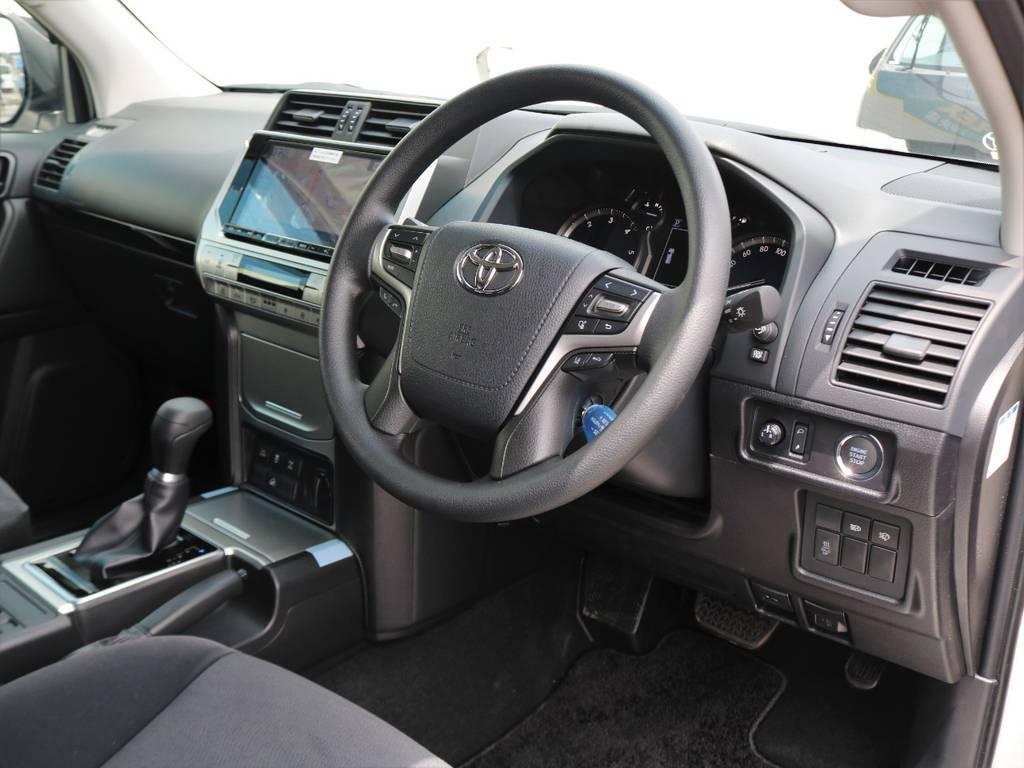質感の高さとシンプルな機能性がうまく合わさっているインテリア。パワーのあるエンジン、見晴らしの良さ、アダプティブクルコンなどでストレスフリーなので、遠出も気軽に行けると思います!! | トヨタ ランドクルーザープラド 2.8 TX ディーゼルターボ 4WD 7人