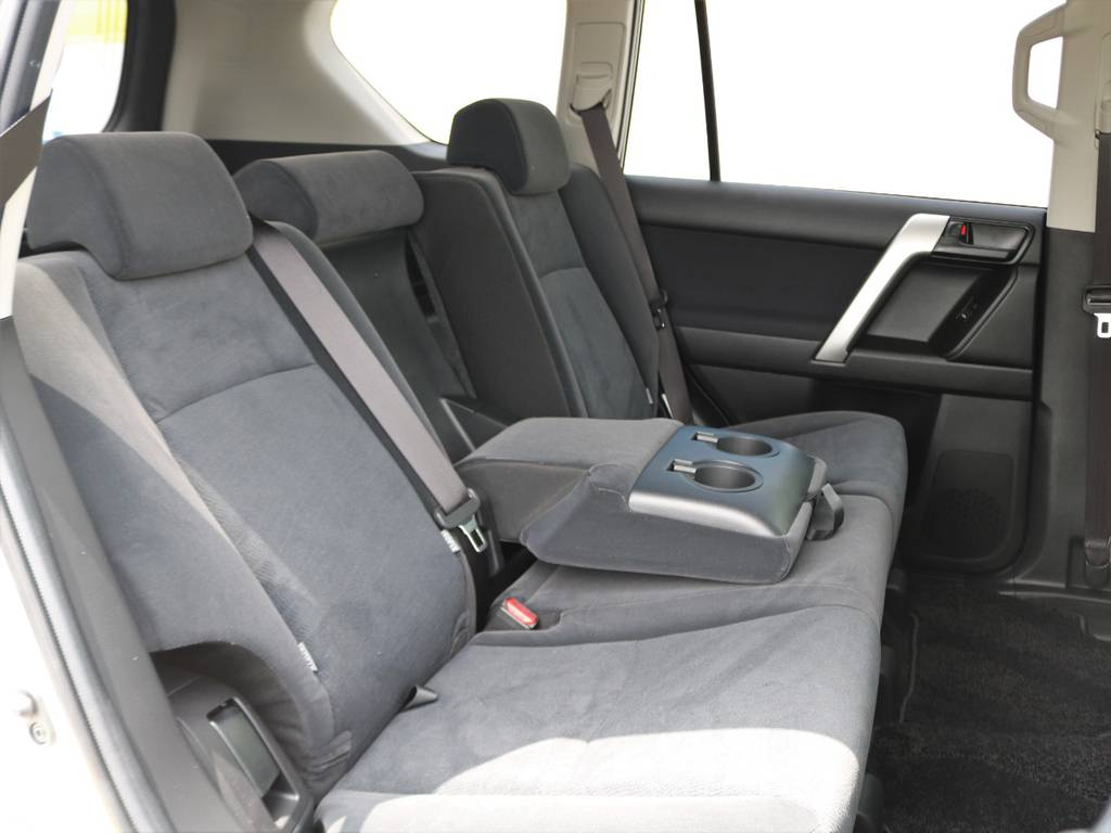 SUVで後席リクライニング機構を備える車両は意外と少なく、後席の人もくつろげると思います♪ | トヨタ ランドクルーザープラド 2.8 TX ディーゼルターボ 4WD 7人