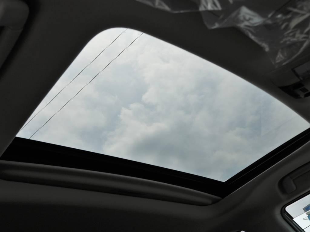 カーオプションのサンルーフ付きです。ドライブしながら星空を見るのもありですね!! | トヨタ ランドクルーザープラド 2.8 TX ディーゼルターボ 4WD 7人