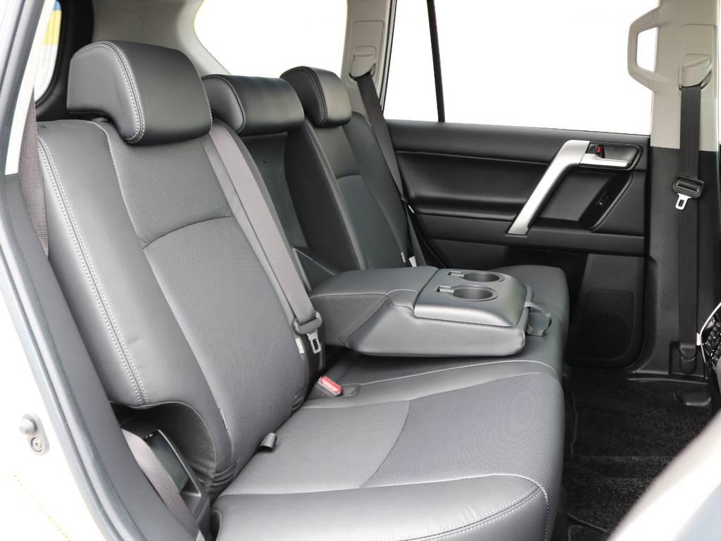 頭上、足元ともに広々とした空間の後席ももちろん本革シート!!分割リクライニングが可能で、中央にはアームレスト&カップホルダーも備わります★