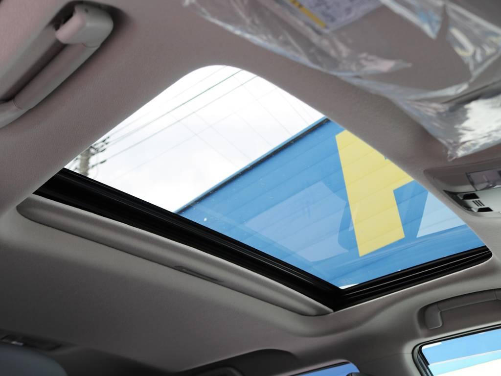 夏場の開放的なドライブはもちろん、冬場も冷たい風に当たらず車内の換気を可能にするサンルーフつき!リセールバリューも大きく左右するので、装着して損はありません!