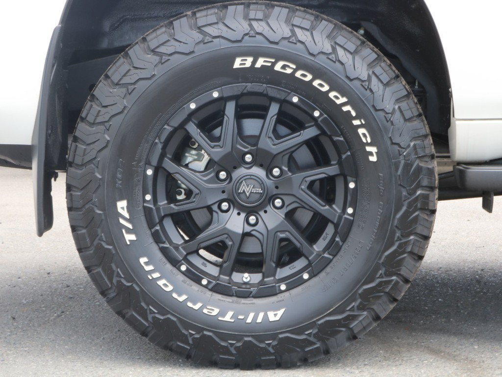 新品の17inchホイールに同じく新品タイヤを装着しておりますので、夏冬これ一本で行けます!!