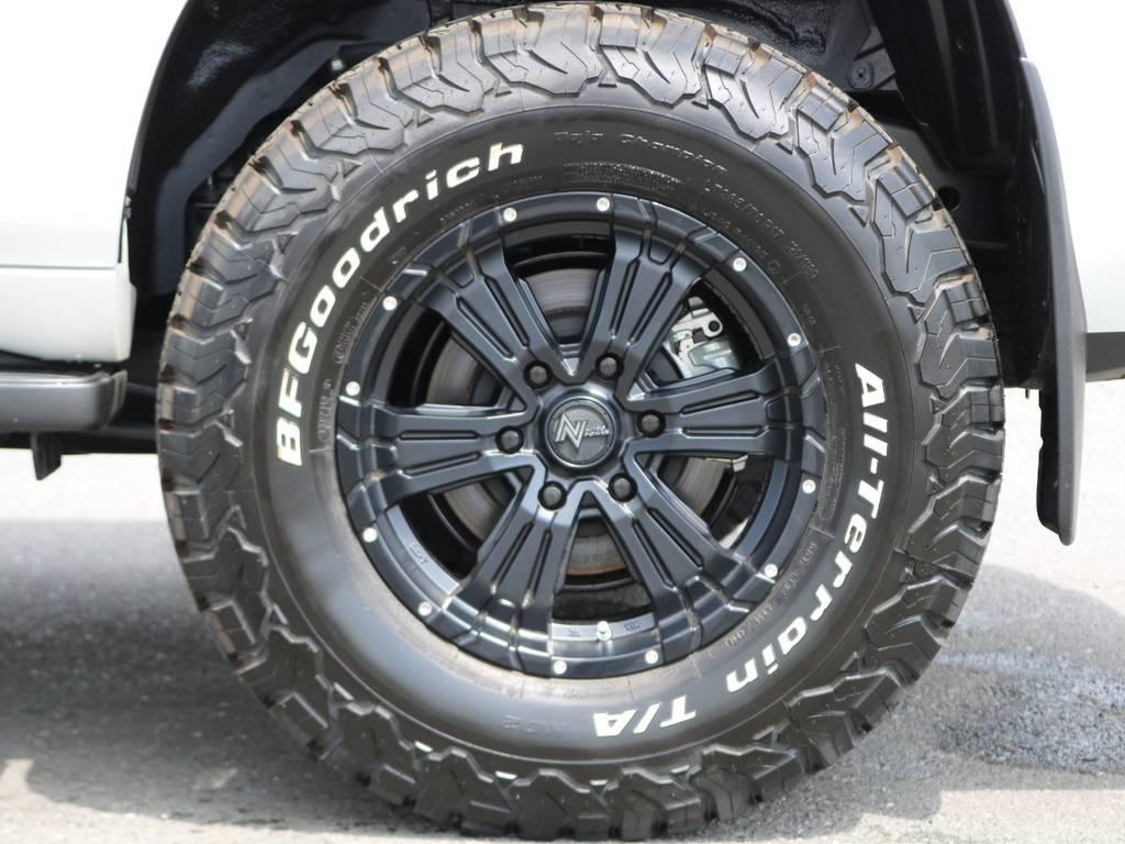 迫力の17inch大型ホイールもちろん新品です♪タイヤも同じく新品のオールテレーンタイヤを装着済みですので、オールシーズンこれ一本で行けちゃいます!!