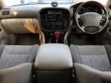 車内が明るい雰囲気になるベージュインテリア★ウッドパーツが高級感を演出し、快適性の高さはさすがランクル100といったところでしょう♪