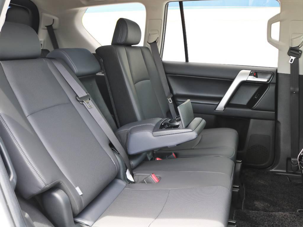 後席は左右分割してリクライニングが可能で、座席中央にはアームレストも備わります。SUVで後席リクライニング機構を備える車両は意外と少ないですよ! | トヨタ ランドクルーザープラド 2.7 TX Lパッケージ 4WD 7人