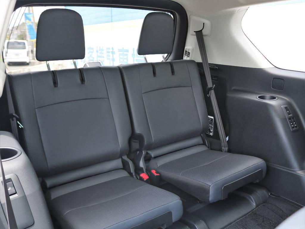 3列目シートの居住性も国産SUVトップクラスといって過言でなく、エクストレイルやCX-8と検討され、プラドをお選びになるお客様も多くいらっしゃいます。比較検討のご相談も歓迎します! | トヨタ ランドクルーザープラド 2.7 TX Lパッケージ 4WD 7人