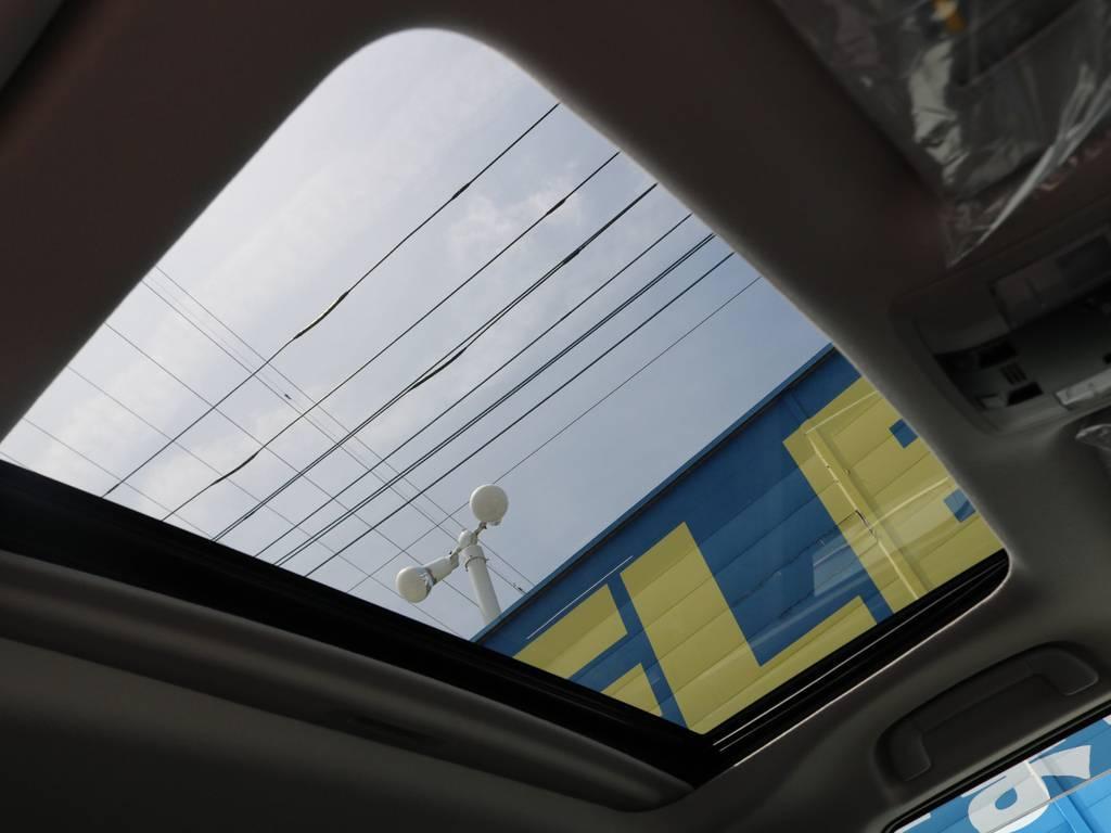 メーカーオプションのサンルーフ付きです。夏場は換気に、冬場は日光を取り込み暖かく・・・通年で重宝します! | トヨタ ランドクルーザープラド 2.7 TX Lパッケージ 4WD 7人