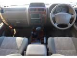 ベージュ内装の落ち着いた車内で木目がいいアクセントになっています!