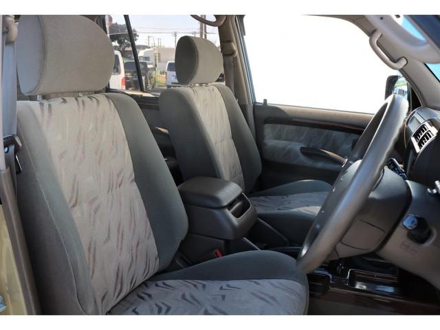 一番ダメージが入っていることが多い運転席ですが、こちらのプラドは目立つ傷や汚れなどもなくとっても綺麗な状態です♪