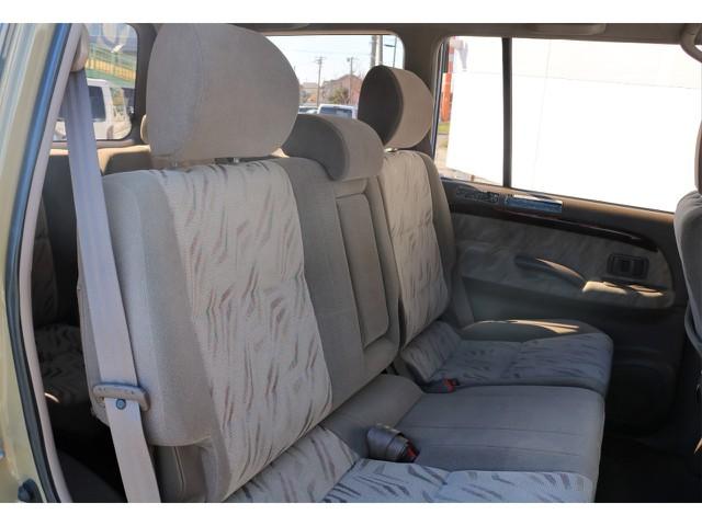 二列目も運転席同様とっても綺麗な状態です!また中央にはアームレストを完備しているので長距離も快適です♪