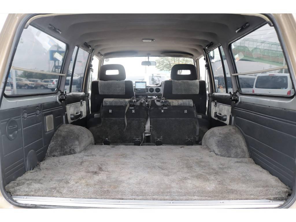 セカンドシートを倒すと更に広いスペースが出来上がるので車中泊も出来ちゃいますね!