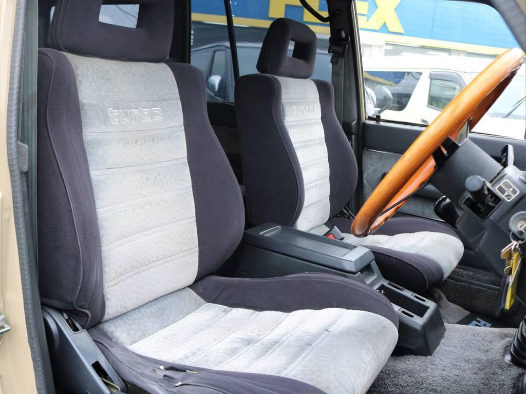 運転席座面には解れがありますが年数を考えると悪くない状態です。