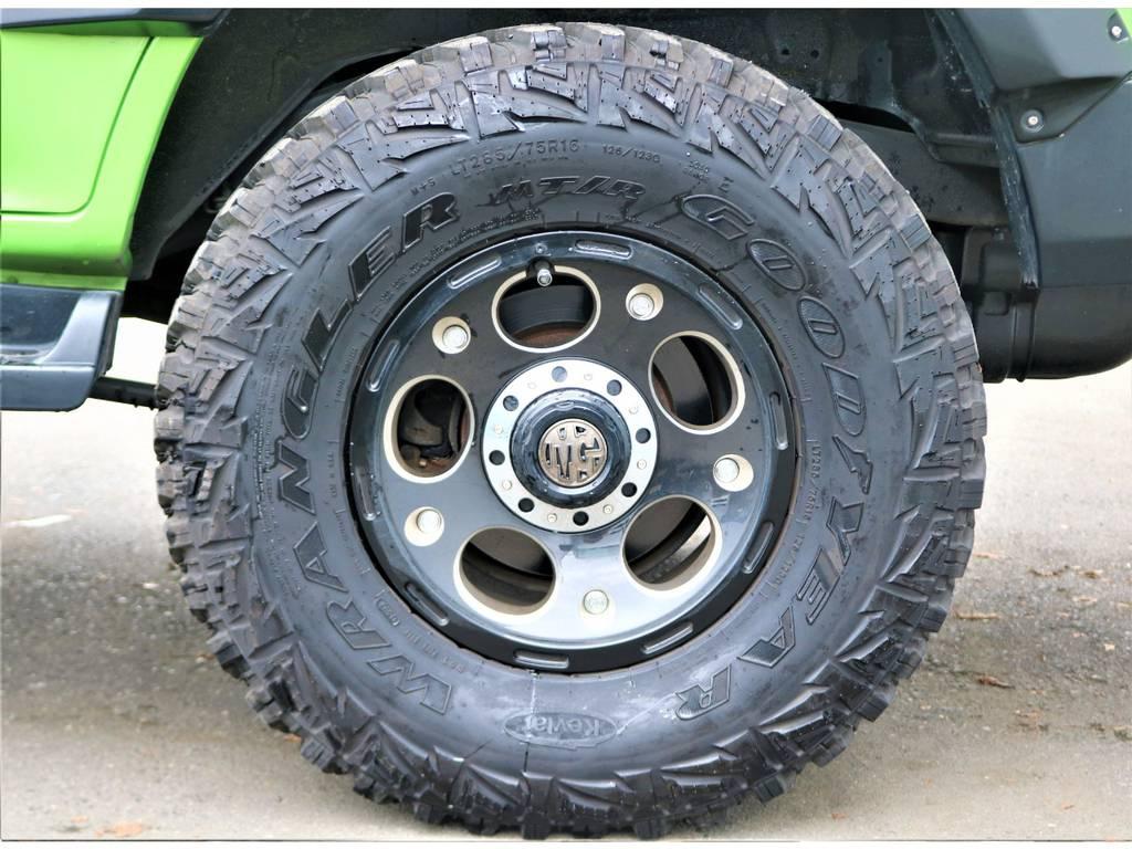 足回りはBEAST製アルミホイールをインストール済み!タイヤはGoodyear製のWRANGLERのMTタイヤをチョイス!防弾チョッキにも使われている繊維を使った強度の高いタイヤです!!