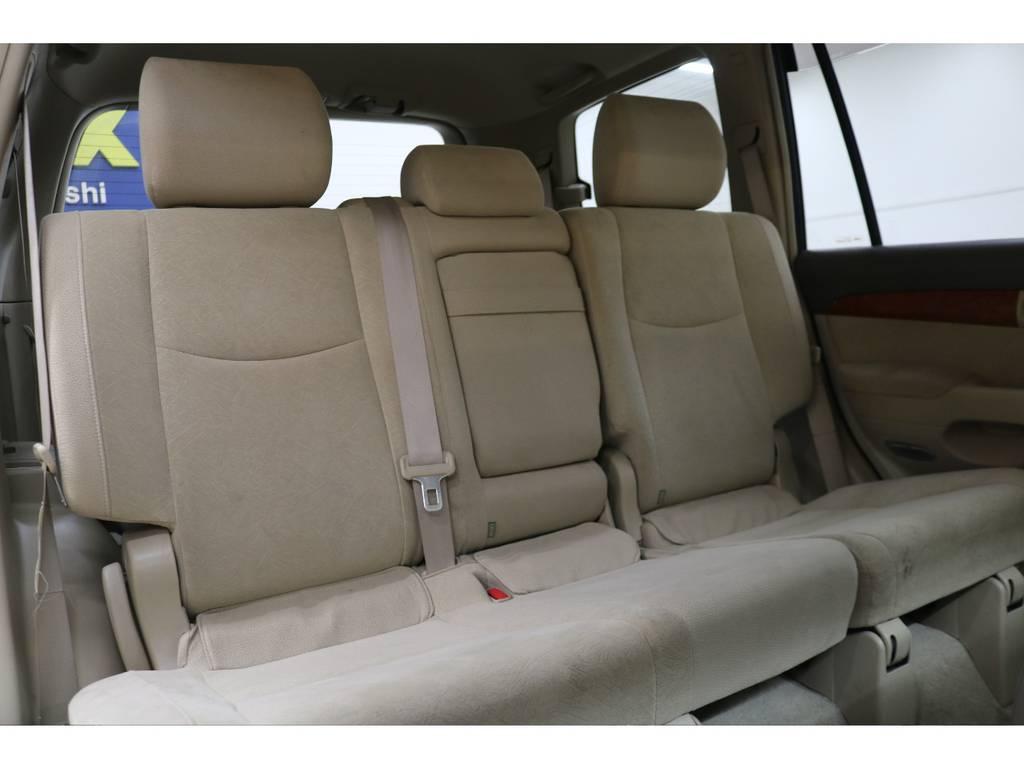 後部座席は大人の方でもゆったりとお座りいただけるスペースが御座います♪ | トヨタ ランドクルーザープラド 3.0 TXリミテッド ディーゼルターボ 4WD