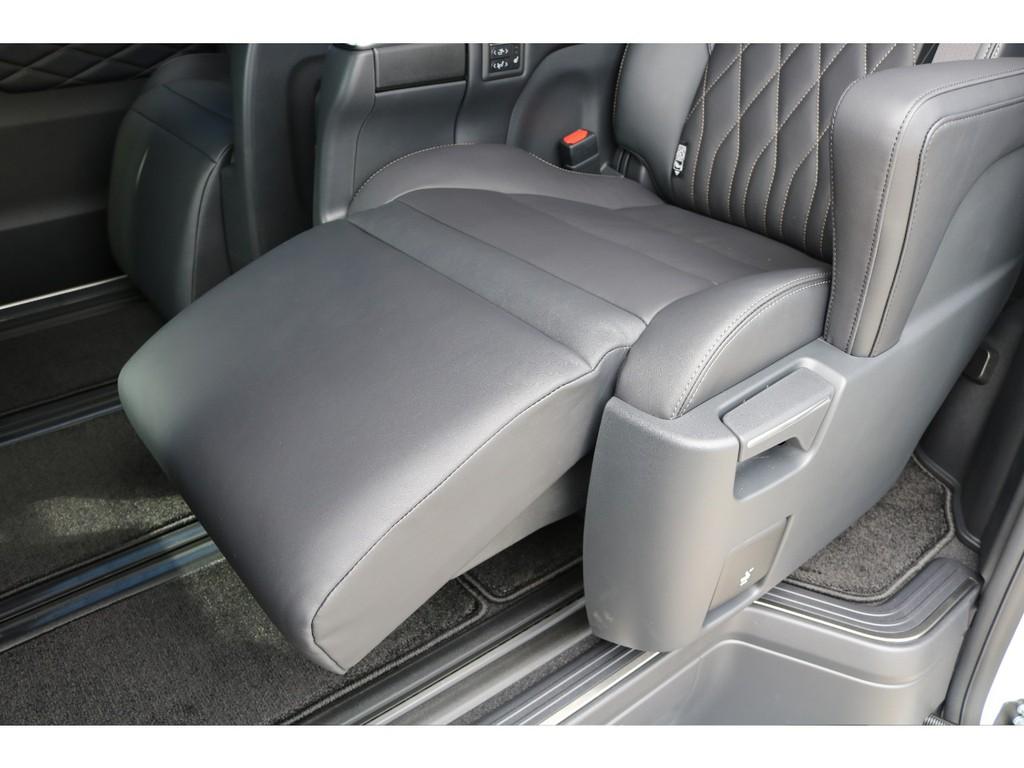 高級なキャプテンシートに全席シートヒーター&電動リクライニング、オットマン付き☆