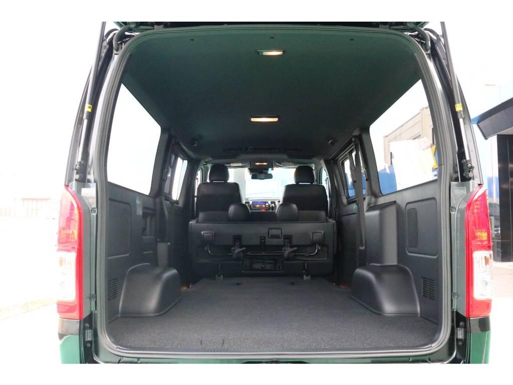 2列目シートを跳ね上げれば、更に荷室の容量アップ♪ | トヨタ ハイエースバン 2.8 スーパーGL ダークプライムⅡ ロングボディ ディーゼルターボ PS無