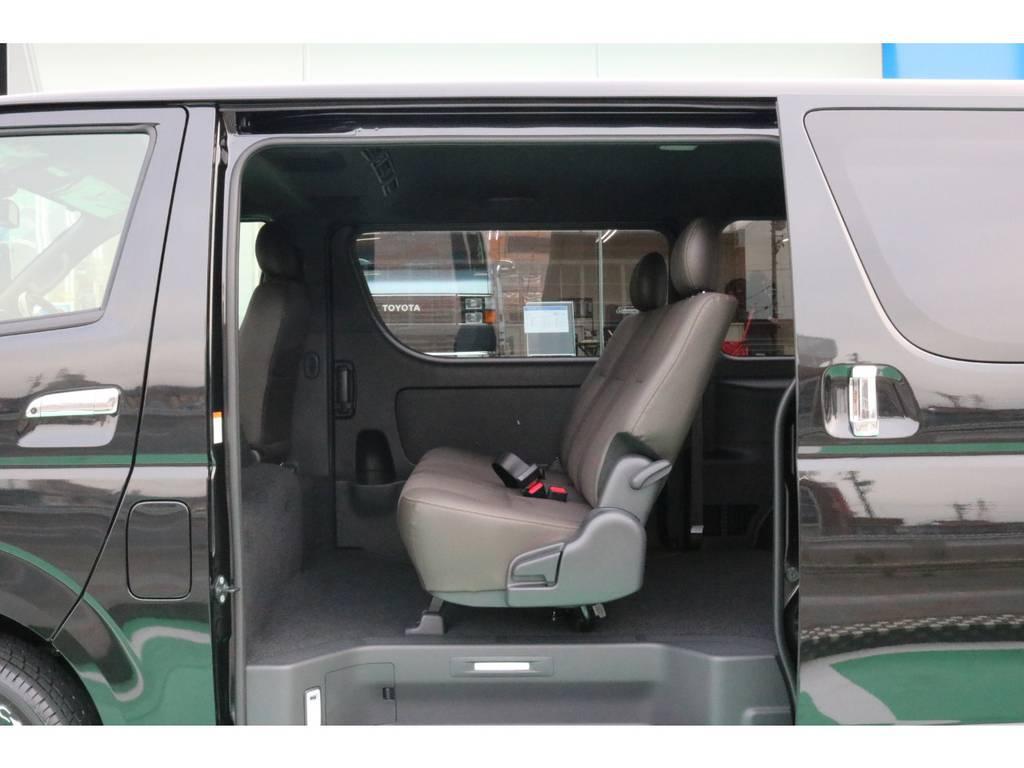2列目は3人掛けシート♪ | トヨタ ハイエースバン 2.8 スーパーGL 50TH アニバーサリー リミテッド ロングボディ ディーゼルターボ 4WD 50TH