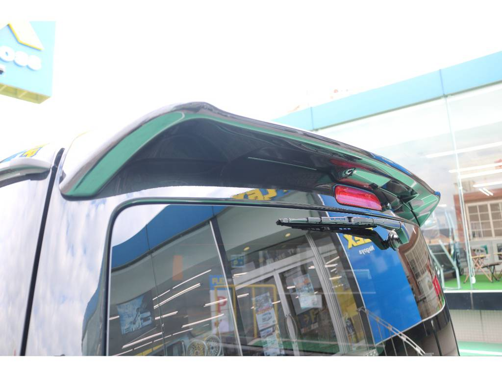 トヨタ純正リアルーフスポイラーを装備! | トヨタ ハイエースバン 2.8 スーパーGL 50TH アニバーサリー リミテッド ロングボディ ディーゼルターボ 4WD 50TH