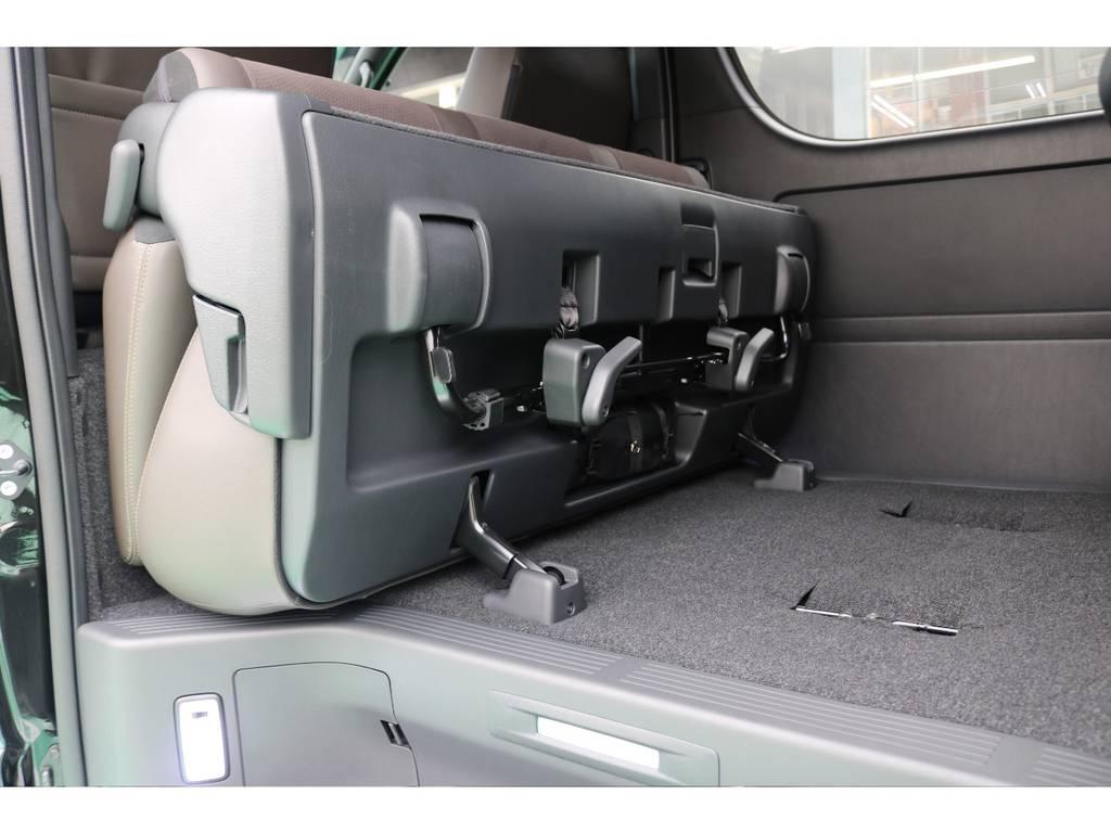 2列目を前に跳ね上げることで荷室スペースを広げられます! | トヨタ ハイエースバン 2.8 スーパーGL 50TH アニバーサリー リミテッド ロングボディ ディーゼルターボ 4WD 50TH