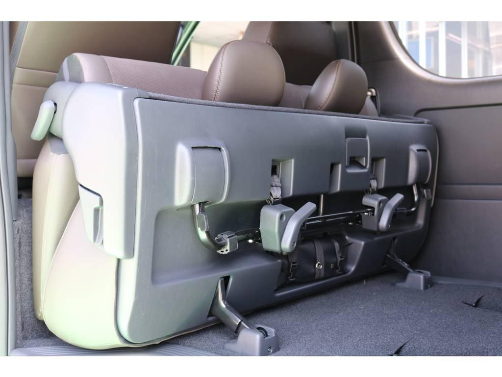 セカンドシートは簡単に跳ね上げが可能です!! | トヨタ ハイエースバン 2.8 スーパーGL 50TH アニバーサリー リミテッド ロングボディ ディーゼルターボ 50TH (4X7)