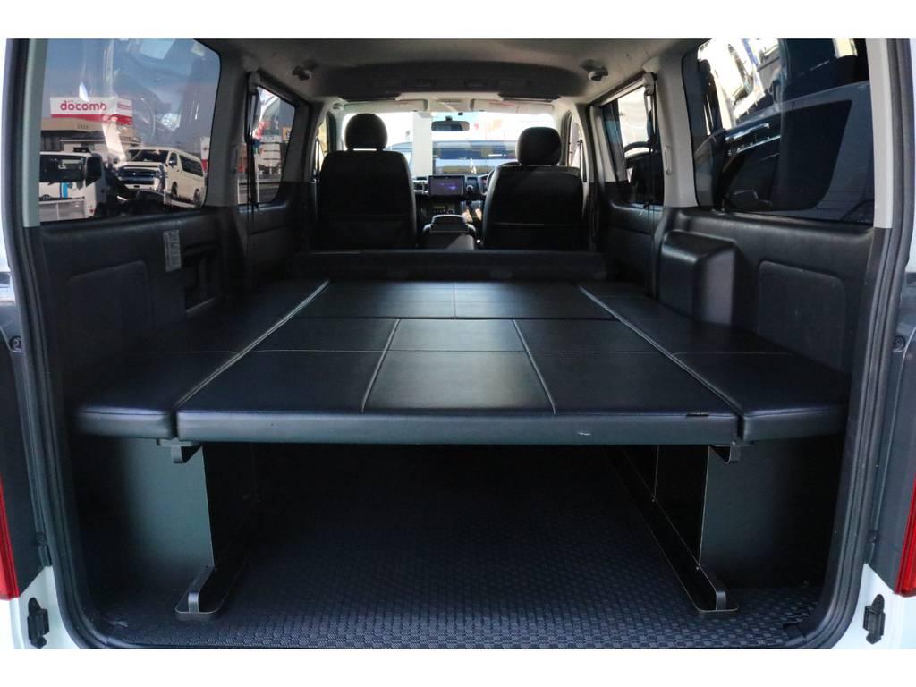 2列目シートを倒して頂くと、広々とした寝室に早変わり♪ | トヨタ ハイエースバン 3.0 スーパーGL  ダークプライム ロングボディ ディーゼルターボ