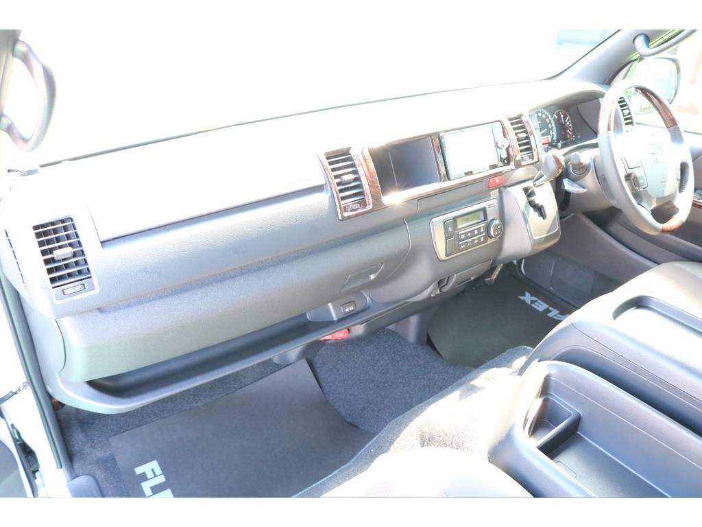 純正オプションの助手席エアバック・足元にはAC100Vも付いており非常に便利です!