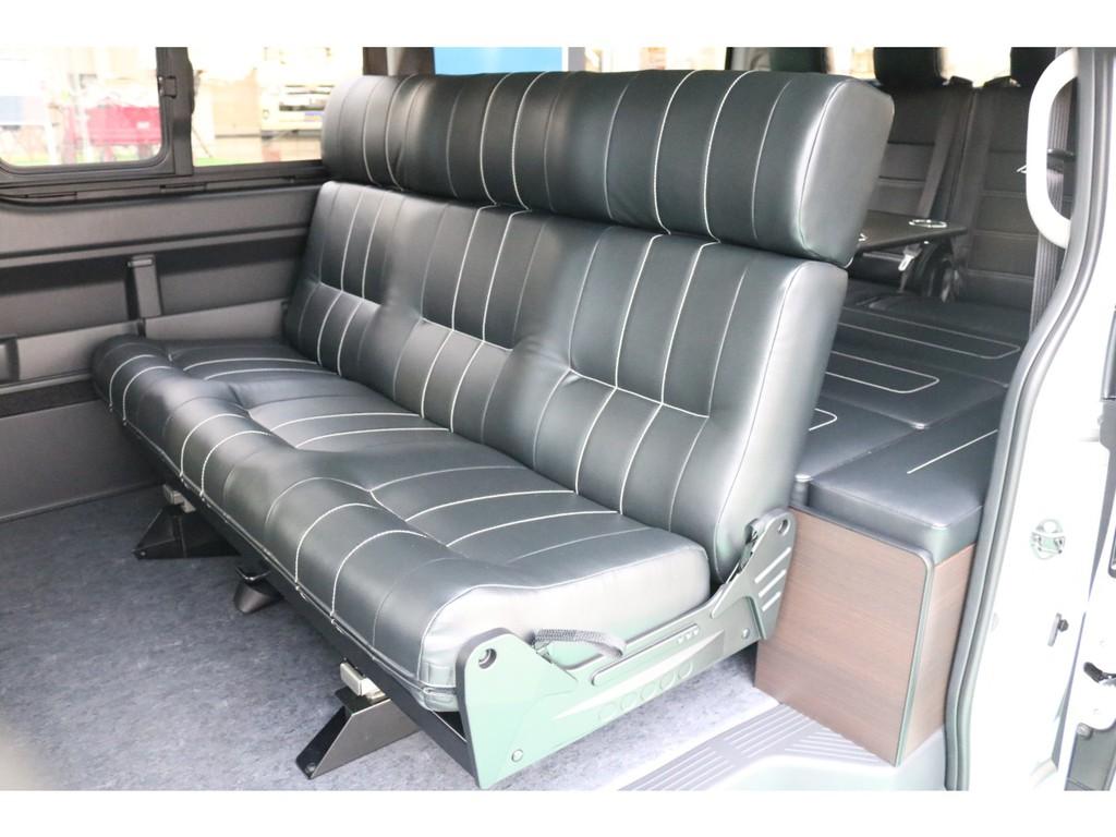 1400幅のセカンドシートは3人座って頂いても広々快適です♪