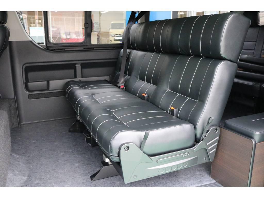 セカンドシートはゆったり座って頂ける3人掛けベンチシート(1400幅)で快適にドライブして頂けます♪