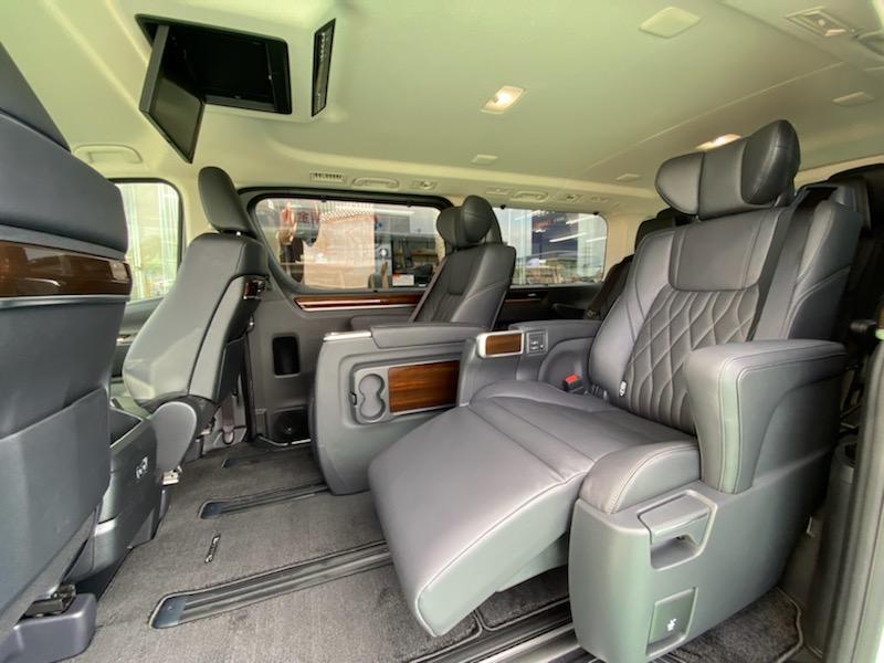 セカンドシートはエグゼクティブシートの為電動・シートヒート付となります♪