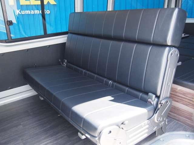 セカンドシートはスライド&対座可能REVOシートを使用! | トヨタ レジアスエース 2.5 DX ハイルーフ スーパーロングボディ ディーゼルターボ