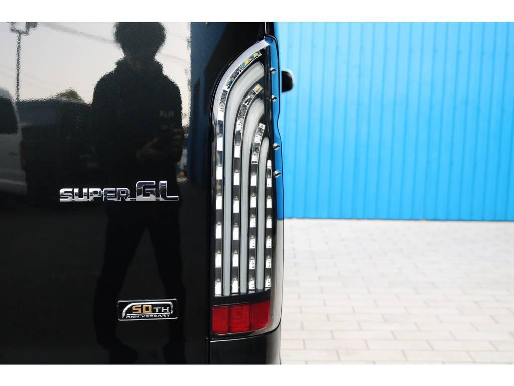 FLEX 煌きLEDテールランプ! | トヨタ ハイエースバン 2.0 スーパーGL 50TH アニバーサリー リミテッド ロングボディ 415コブラフルエアロカスタムパッケージ
