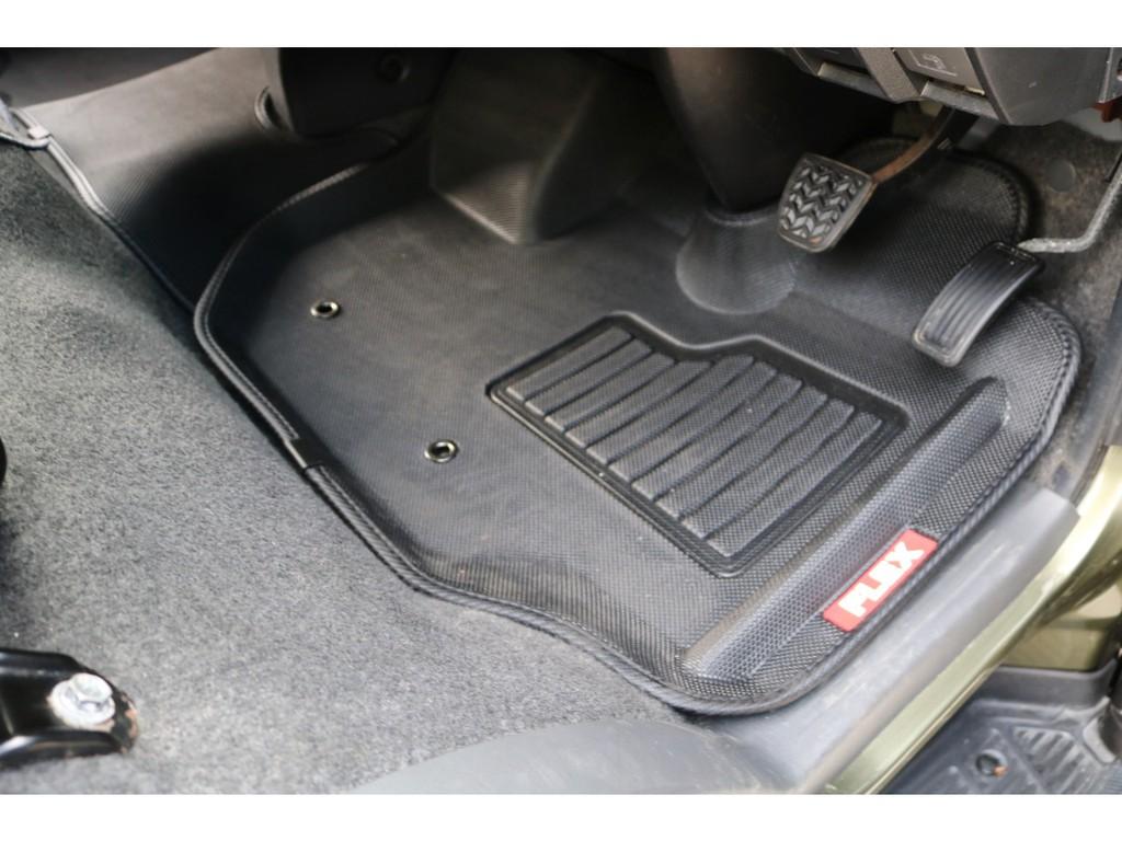 運転席、助手席、セカンドシートの足元には新品のFLEXオリジナル3Dフロアマット付き!