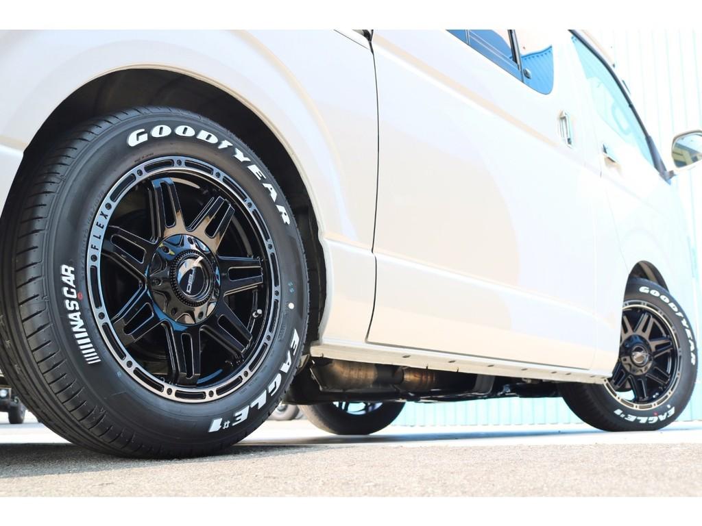 足元にはFLEX新作のDelf04 17インチアルミホイール&ナスカータイヤをセット!