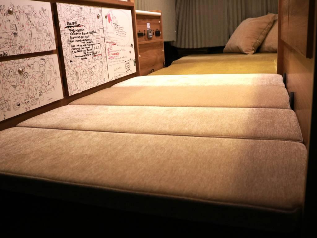 最後部には使い勝手の良い分割式ベッドを完備!