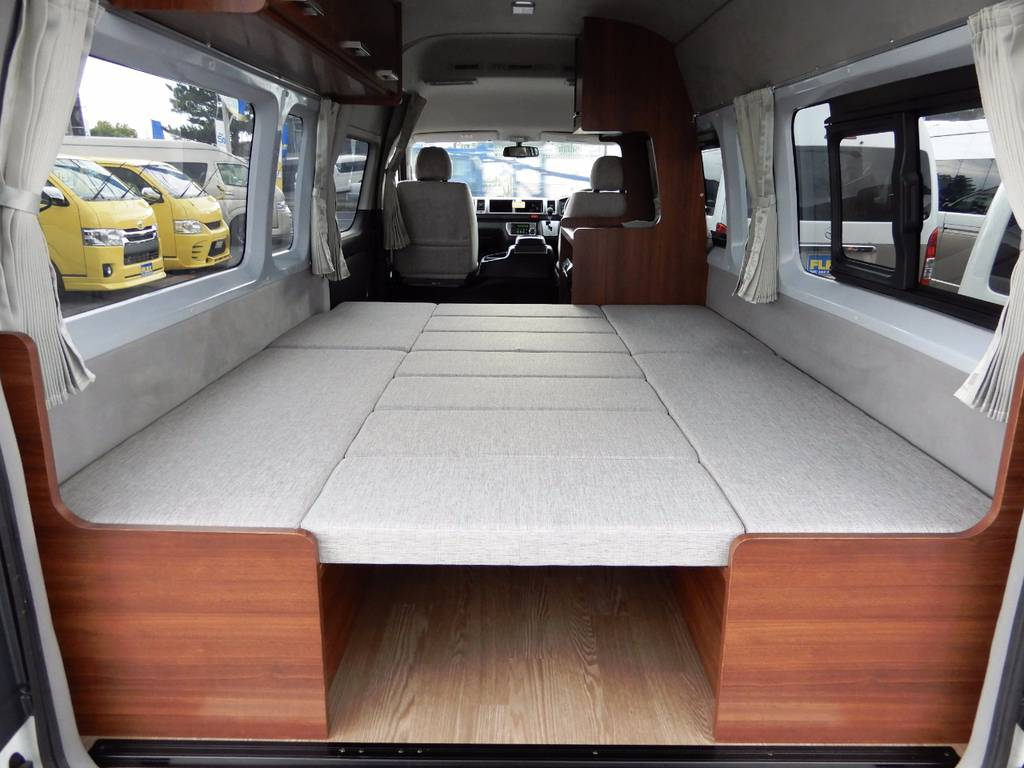 後部座席はフルフラットのベッドになります!大人が複数人寝れる、とても広々とした就寝スペースを確保できます♪